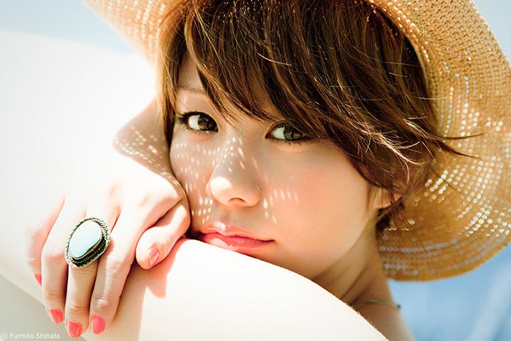 ショートへアで麦わら帽子をかぶる田中美保